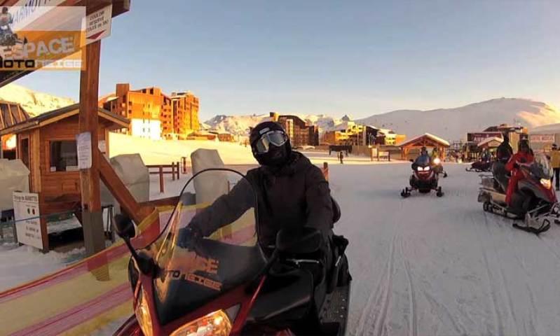 Que faire à l'Alpe d'Huez ? De la motoneige avec Omar et Fred et Franck Dubosc